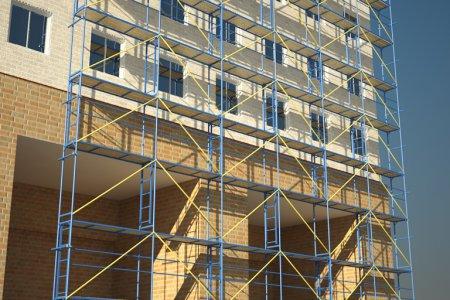 Использование строительных лесов для строительства дома